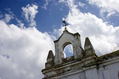 'Escuelas José Antonio': espadaña y veleta. (La Barca de la Florida)