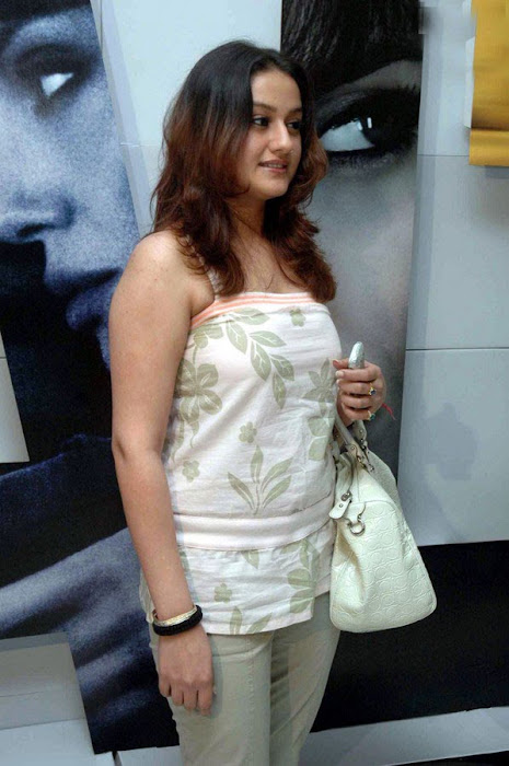 sonia agarwal at salt premier actress pics