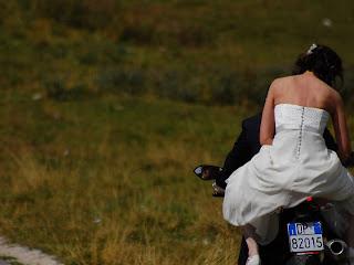 foto montagna matrimonio moto ducati sposa