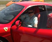 En Ferrari sur un circuit de course
