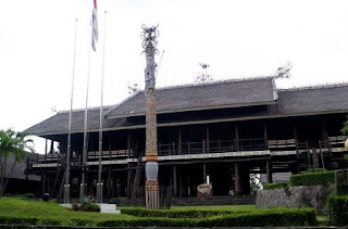 Rumah-lamin--dayak-east-borneo-traditional-house