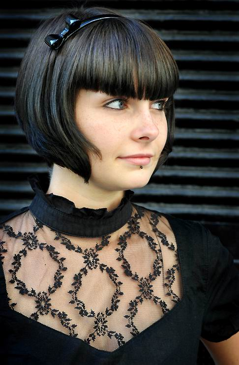 Trendy and Flattering Short Hairstyles For Round Faces-1