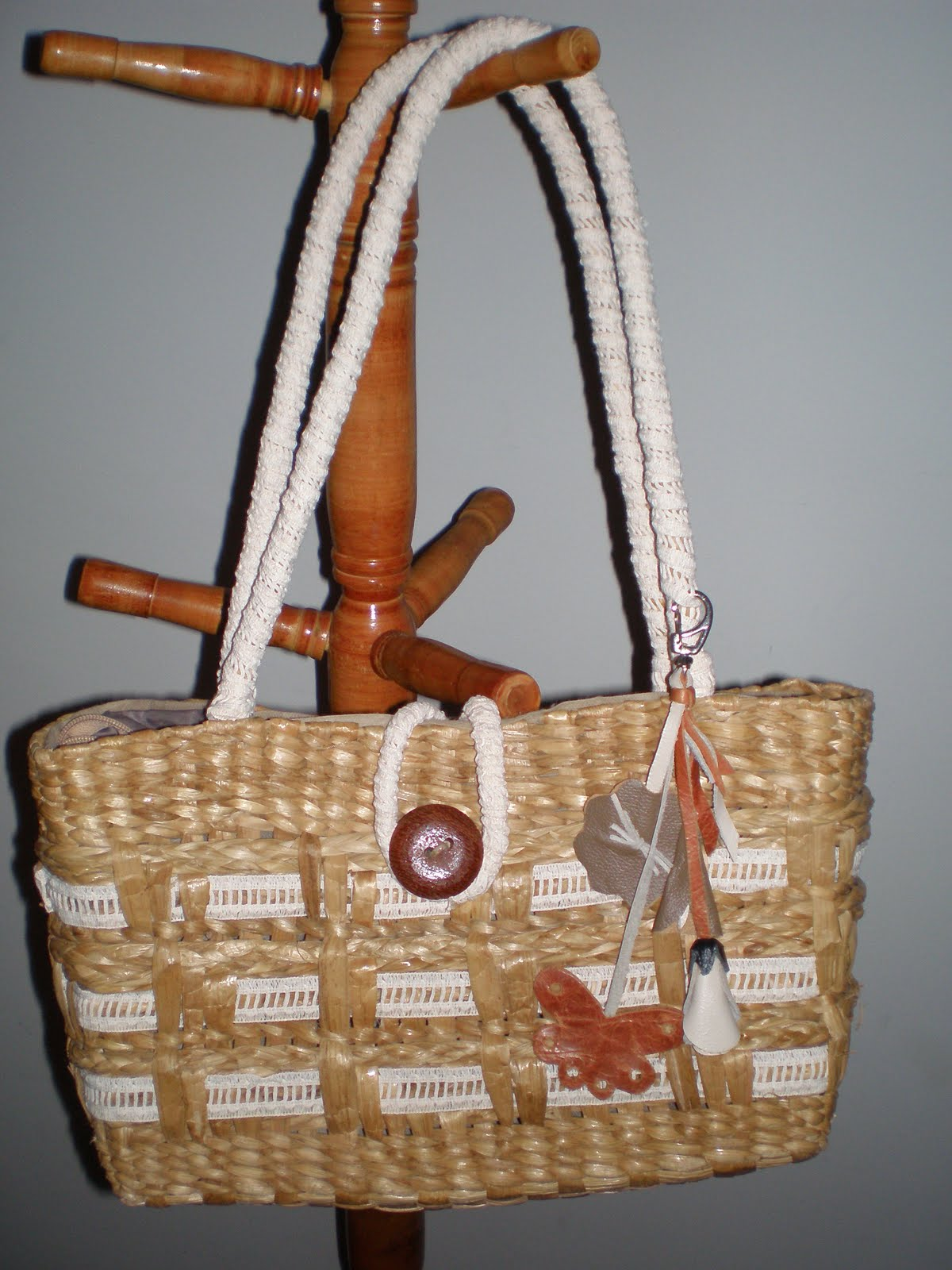 """Criatividades da """"Tia Ném £ amigas"""": Customizando bolsa de ...: http://nempacelli.blogspot.com/2010/05/customizando-bolsa-de-praia.html"""