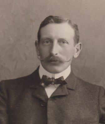 Adolphe Moynier, Membre du comité de la Croix Rouge. Il épouse Lydie Bonna