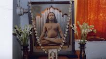 Con devoción a los pies del Guru
