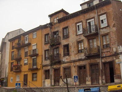 Calle Laredo. Santander. Edifico rico,edificio pobre