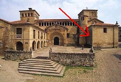 colegiata de Santillana del Mar, en la pared que indica la flecha está la inscripción que no es pequeña