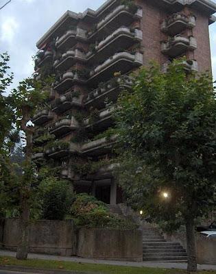 Edificio en la Avenida de los Infantes que conjuga muy bien el hormigón con la vegetación
