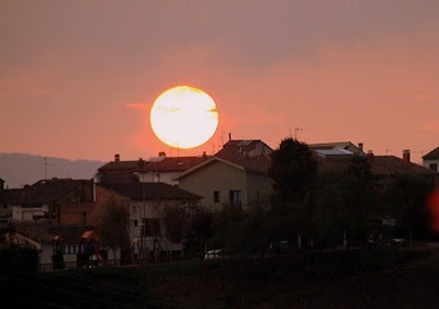Flamíger astre ocultant-se a Sant Pere de Torelló (Fotografia: Ferran d'Armengol