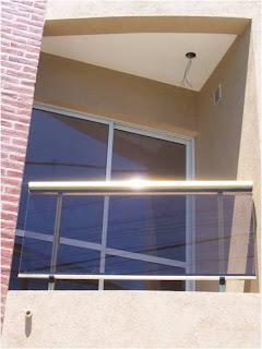 Aluminios y maderas wk barandas para balcones for Puerta balcon aluminio rosario
