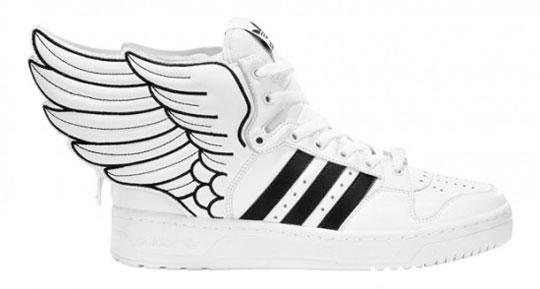 Statt an der Seite, sind die Flügel nun beidseitig nach hinten angebracht  und erinnern an die Schuhe von Hermes, dem Götterboten. Ein wieder  gelungenes Teil ...