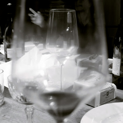 after dinner speech, table, glasses, hand, discussion de fin de repas, photo © dominique houcmant