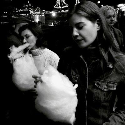barbe à papa, foire de Liège, 2 filles, photo © dominique houcmant