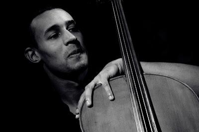 Olivier Koundouno, violoncelle, concert Emily Loizeau, portrait homme, Soundstation, Liège, photo © dominique houcmant