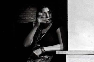 portrait d'une femme au bar d'un caf, the Woman at the bar, retrato, photo &#169; dominique houcmant