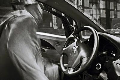 un homme entre dans une voiture Mitsubishi, photo © dominique houcmant