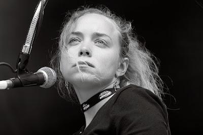 Catherine Di Biasio joue de la batterie dans le groupe de Kris Dane au Festival les Ardentes 2007 à Liège, photo © dominique houcmant