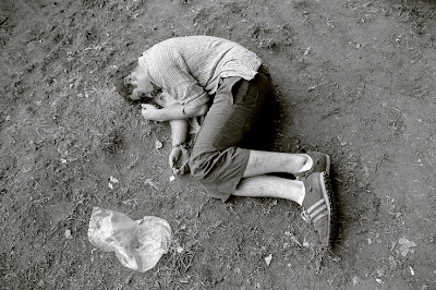 un homme ivre dort sur la pelouse du Festival les Ardentes 2007 à Liège, drunken man, photo © dominique houcmant