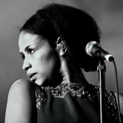 Eva Gijsels 'Gysel' (Radio Candip) choriste de Zita Swoon au festival Les Ardentes 2007, Liège, photo © dominique houcmant