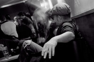 homme avec casquette dans un bar, photo © dominique houcmant