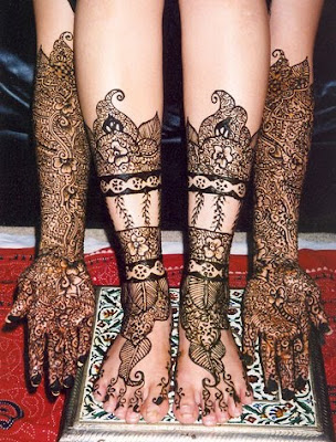 Other mehndi designs and tattoos for Eid are flowery designs intricately