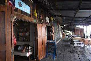 บ้านไม้ห้องแถวแบบโบราณในคลองบางหลวง หยุดพักกินน้ำชากาแฟ ชมงานศิลปะ