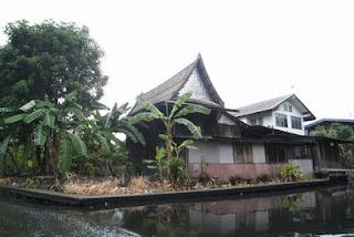 ลักษณะบ้านไทยริมคลอง มีใต้ถุนสูง ซึ่งเป็นลักษณะทั่วไปของบ้านทรงไทยและบ้านริมน้ำ