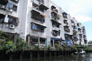 ห้องแถว ชุมชนริมน้ำที่มีลักษณะแตกต่างไปจากเดิม คือหันหลังให้คลองและอาศัยอยู่แบบปัจเจก