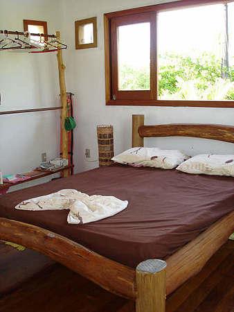 A cama simples e adorável para a casa de campo.