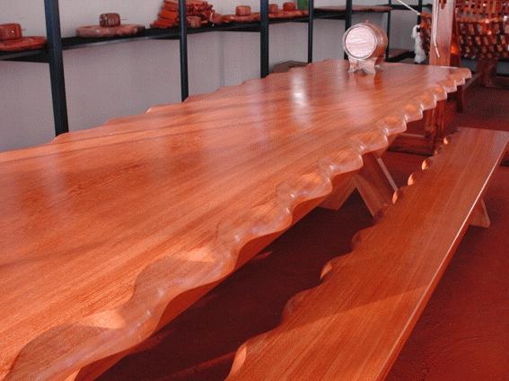 Uma Mesa grande, com ou sem bancos.