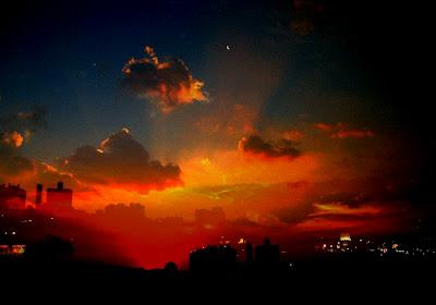 Imagem de Cláudia Perotti chamada de Céus Tão Meus, mostrando um céu com vários tons de vermelho