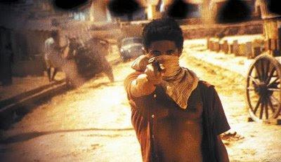 Um bandido aponta sua arma carregada para mim