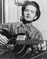 Woody Guthrie foi um dos maiores compositores de música folk norteamericana