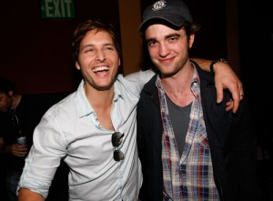 http://3.bp.blogspot.com/_jxgidZM1ozY/TLeJ7x4WlWI/AAAAAAAACl0/pxIrHik6DuE/s1600/Peter_Facinelli_Robert_Pattinson_Oct13newsne-300x221.jpg