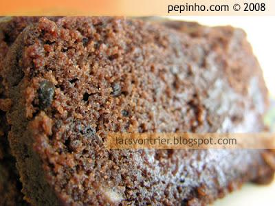Cake de chocolate, confitura de frambuesa y frutas confitadas