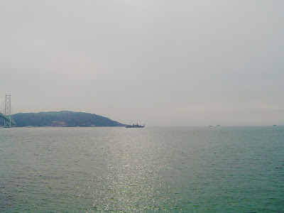 明石海峡を行く船