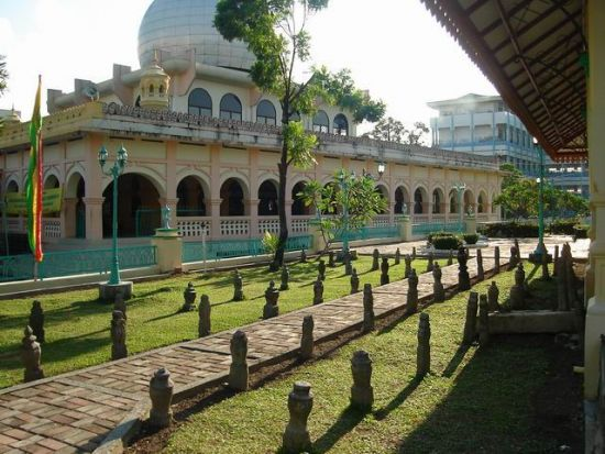 Di sebelah kiri mesjid raya terdapat makam raja raja beserta keluarganya