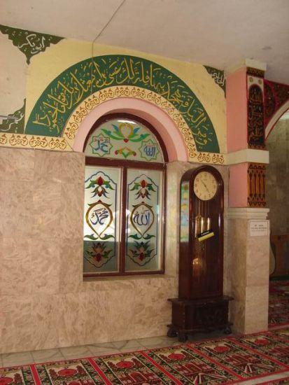 Dinding bagian dalam mesjid dan sebuah jendela