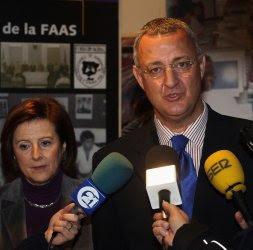 Imagen de Caldera en compañía de María José Sánchez atiende a los medios antes de la conferencia. /