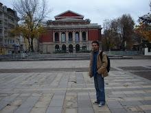 Em frente a Opera de Ruse (Bulgaria) - În față Operei din Ruse (Bulgaria)