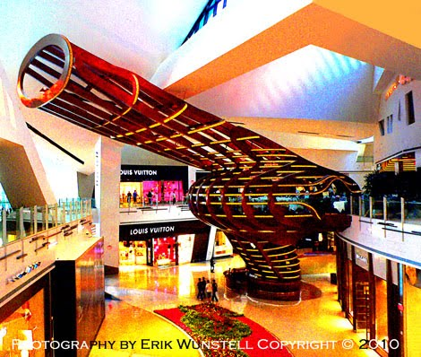 This Treehouse Is Located At The East End Of Crystals Mall Near Strip Sidewalk It S An 80 Foot Tall Restaurant Designed By David Rockwell