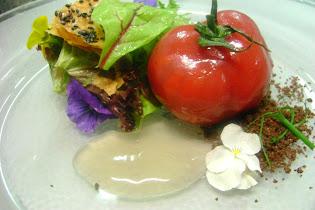 Falso tomate de foie y fresas con jalea de manzana verde y pan crujiente de sesamo negro
