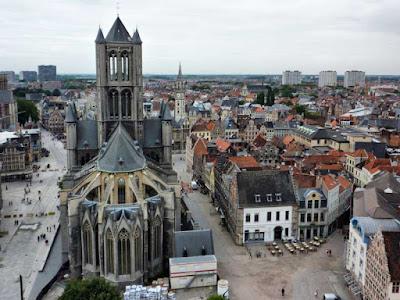 Iglesia de San Nicolás y Casco Viejo desde lo alto de Belfort en Gante