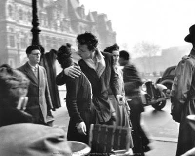 Beso del Hotel de Ville (1950) © Robert Doisneau