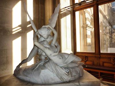 Escultura Psique reanimada por el beso del amor en el Museo Louvre de París