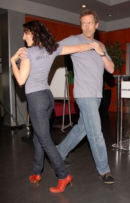 Hugh Laurie e Lisa Edelstein dançando