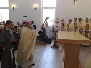 il nunzio apostolico in Russia benedice la chiesa dei francescani conventuali di san Pietroburgo