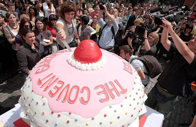 world's largest cupcake picture, world's largest cupcake images, world's largest cupcake photo 2010, world's largest cupcake video