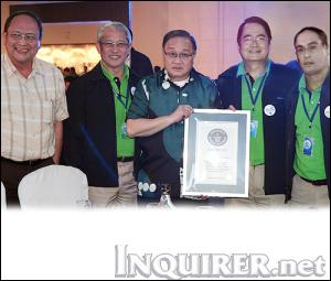 Largest pipe drum ensemble picture, Maynilad Guinness World Record 2011, Manila world record 2011, Largest pipe drum ensemble Guinness World Record, Maynilad President Ricky Vargas, Board Member Jorge Consunji, COO Herbert Consunji and Head of Business Operations Chris Lichauco