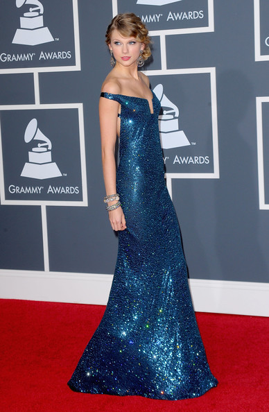Taylor Grammy Arrival Blue Dress taylor swift 10210572 388 594 Mavi Abiye Modelleri
